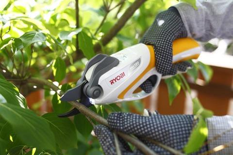 枝のほか樹脂製パイプやビニールホースも切断可能:【リョービ(京セラ)】充電式剪定ばさみ BSH-120